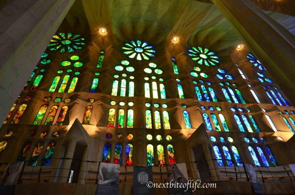 Inside la sagrada familia basilica in barcelona for La sagrada familia inside