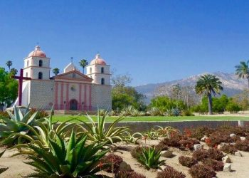 How To Spend 2 Days in Santa Barbara! Shop on State Street, Go Wine Tasting in the Funk Zone, Hang out on the Beach or on Stearns Wharf! Make Santa Barbara your next vacation destination because there are so many things to see & do there!